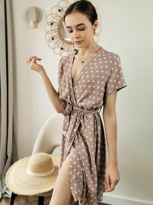 sukienka pudrowa mini w groszki