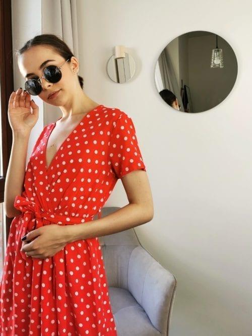 czerwona w groszki sukienka