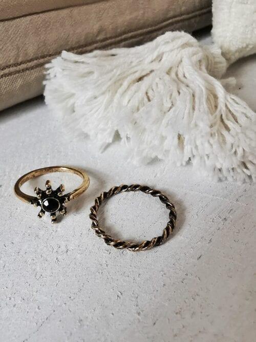 pierścionek z czarnym oczkiem stare złoto