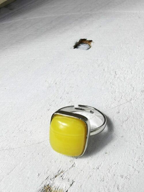 srebrny pierścionek z żółtym dużym oczkie