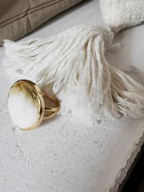 złoty sygnet z masą perłową w oczku
