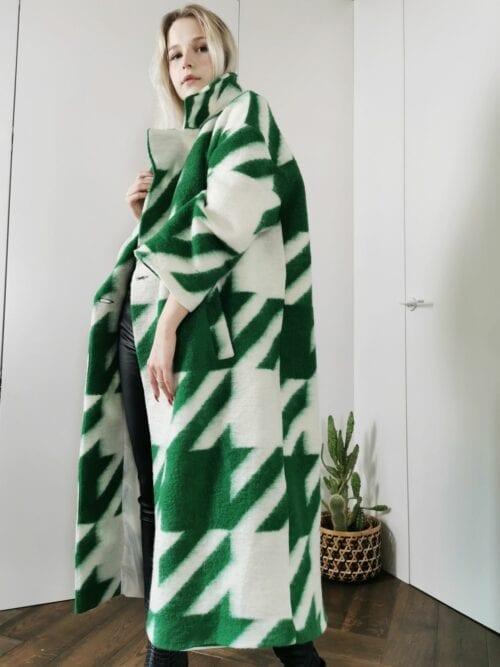 długi płaszcz w zielona kratę