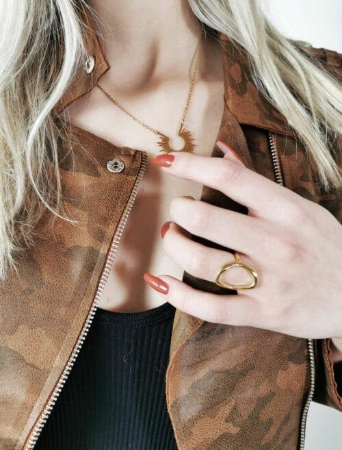 złoty pierścionek geometryczny
