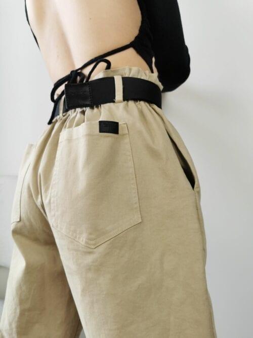 spodnie beżowe chinosy z czarnym paskiem bawełniane