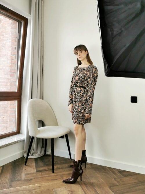 sukienka krótka w kwiatuszki z paskiem