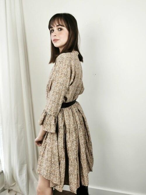 sukienka beżowa w stokrotki