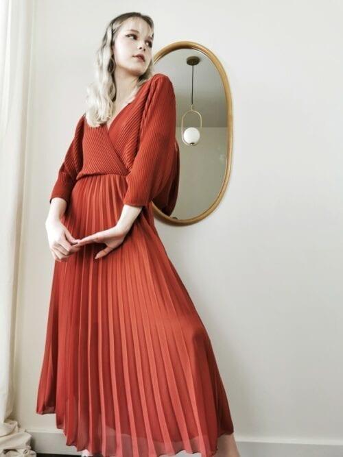 sukienka klasyczna ceglana plisowana