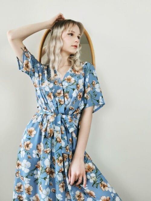 sukienka błękitna w malowane kwiaty kopertowa