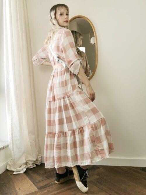 sukienka maxi w kratkę pudrowy róż