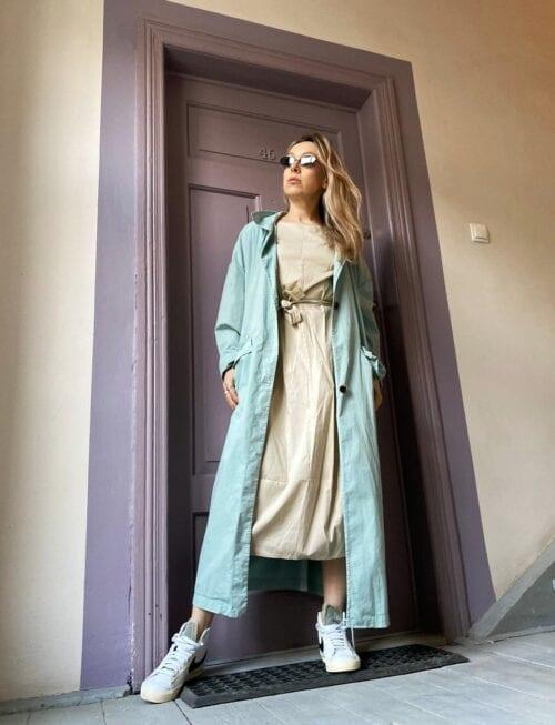 długi płaszcz turkusowy na wiosnę cienki