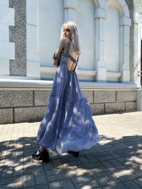 sukienka z wiskozy w paseczki granatowe długa