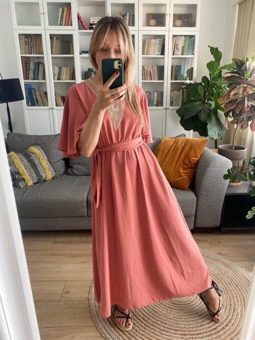 sukienka boho w serek wiązana koralowy róż