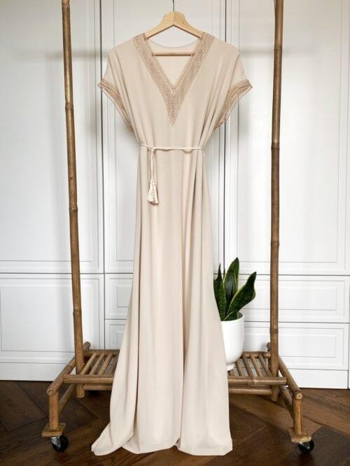 sukienka maxi w greckim stylu z koronką i chwostem boho