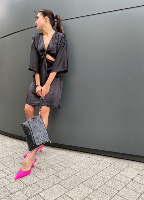 sukienka satynowa mała czarna na imprezę mini