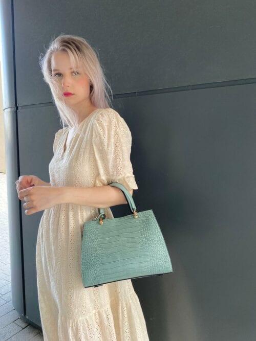 torebka mały kuferek w kolorze turkusu z dodatkowym paskiem