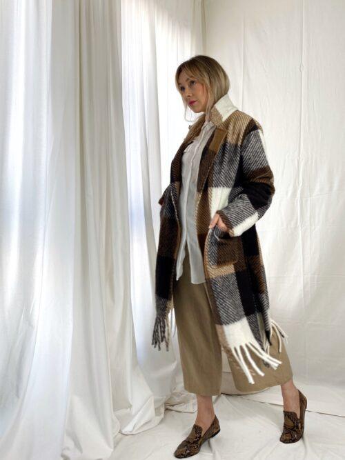 długo miekki płaszcz z fredzlami i paskiem w kratę na jesień