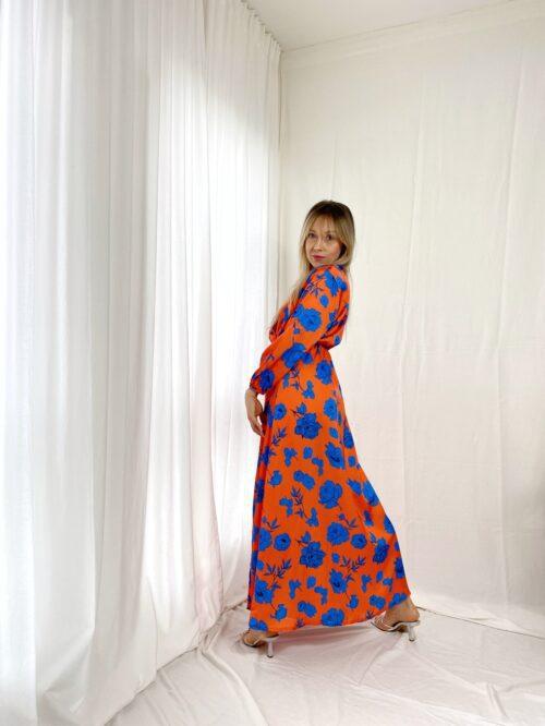 sukienka pomarańczowa długa w chabrowe kwiaty kopertowa