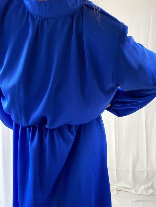 sukienka wizytowa satynowa chabrowa za kolano