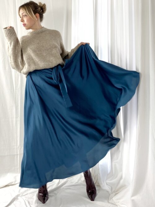 granatowa sukienka satynowa długa wiązana elegancka