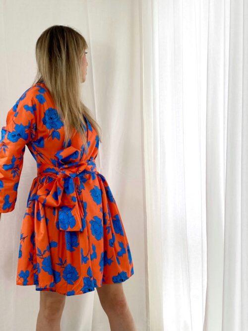 sukienka kimono pomarańczowa w chabrowe kwiaty krótka na wesele